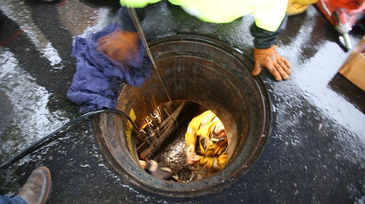 SCE crews work in rain