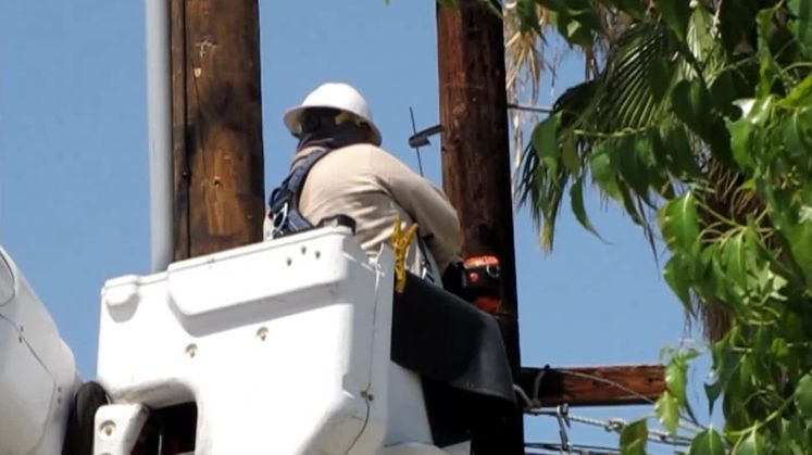 VIDEO: SCE Crew Replaces Power Pole in Palm Desert
