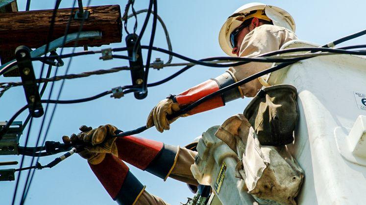 SCE crew makes repairs