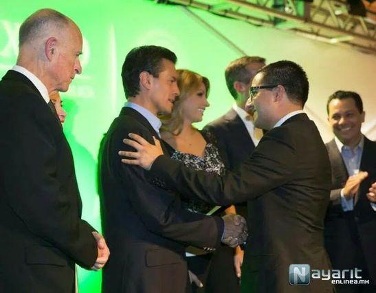 Francisco J. López-Flores shakes hands with Mexican President Enrique Peña Nieto