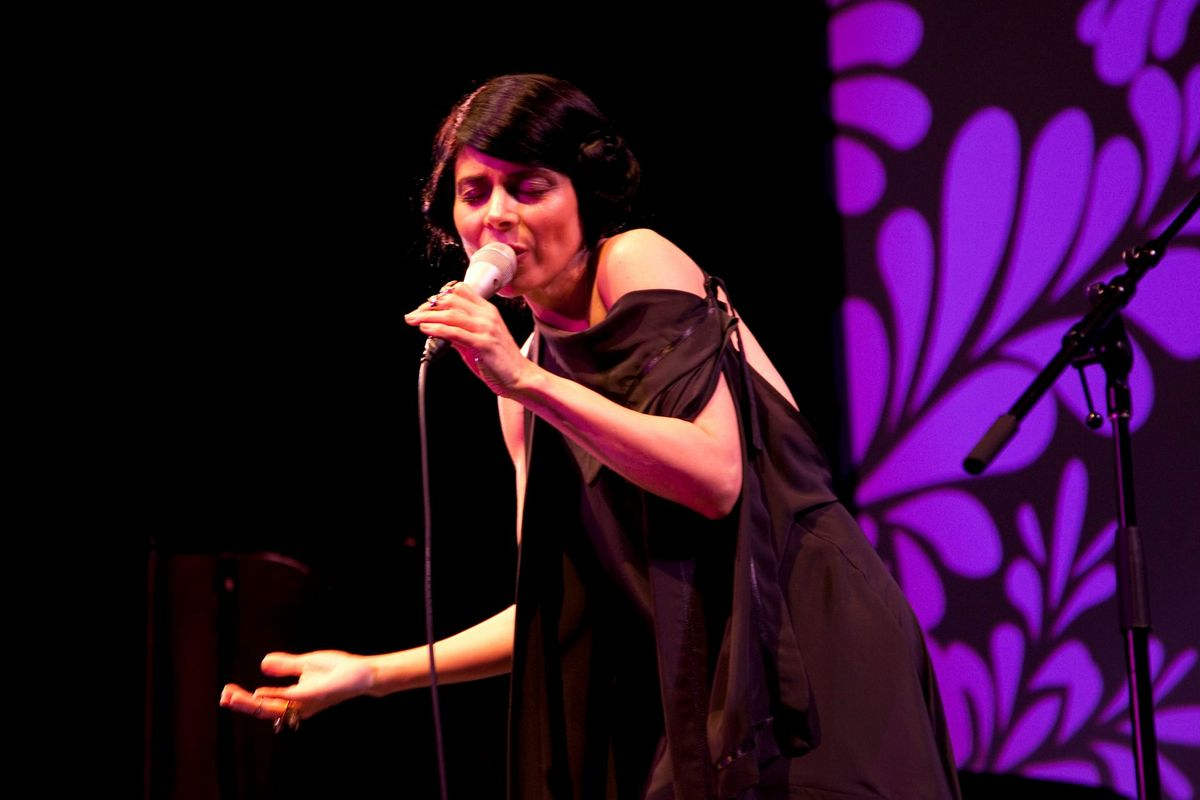Ely Guerra cantando durante un concierto
