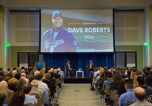 Crowd listens to Dave Roberts and Eric Karros