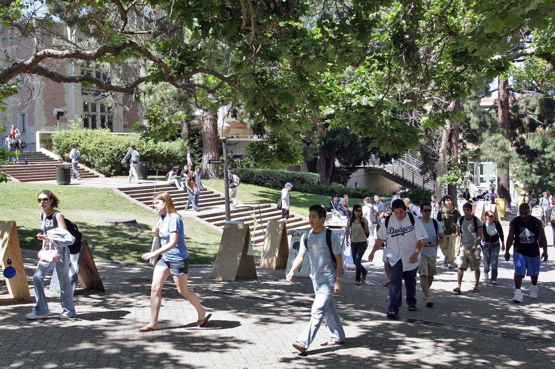 Students on Bruin Walk