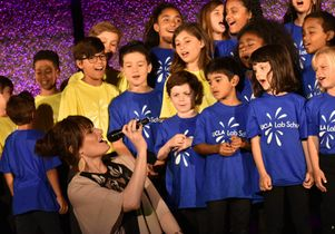 Idina Menzel and the UCLA Lab School choir