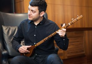 Naim Dehghani playing setar