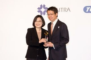 Taiwan President Tsai Ing-wen hands Computex Best Choice award to NVIDIA's Ian Chen for the NVIDIA Jetson TX1.