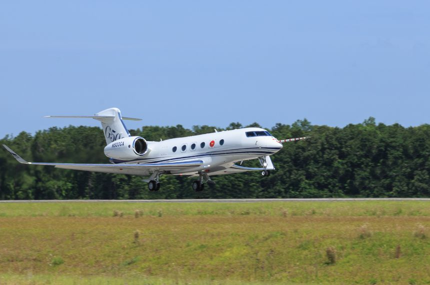 The Gulfstream G500 takes off on its first flight.